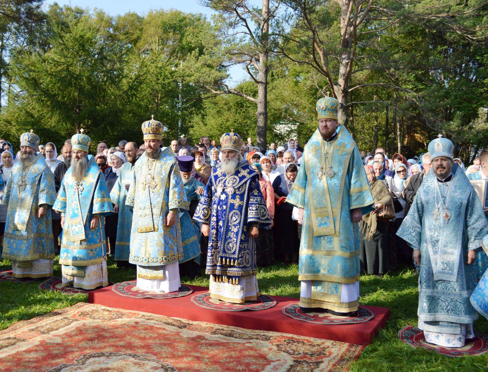 В день престольного праздника Богородице-Рождественского женского монастыря сонм архиереев совершил литургию в обители