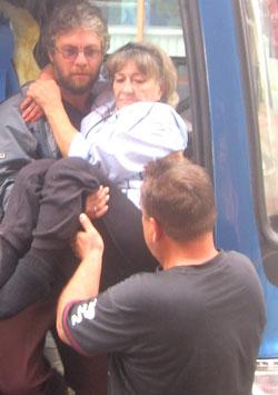 Фото. Хуньчунь (КНР). Православные добровольцы оказывают помощь инвалидам-спинальникам в поездке по Китаю