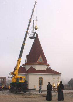 Фото. Бровничи. Установка трех куполов с крестами на храм Воскресения Христова в Партизанском районе