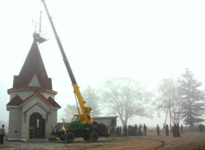 Фото. Бровничи. Установка куполов с крестами на храм Воскресения Христова, возводимый в Партизанском районе