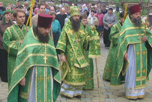 Фото. Владивосток. Епископ Иннокентий совершает крестный ход в день прославления св. прав. Иоанна Кронштадтского
