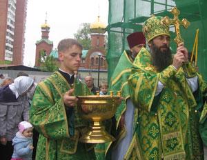 Фото. Владивосток. Владыка Иннокентий совершает водосвятный молебен в день прославления св. прав. Иоанна Кронштадтского