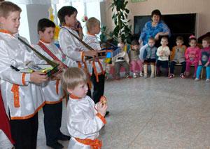 Фото. Уссурийск. Воспитанники воскресной школы выступают с пасхальным концертом