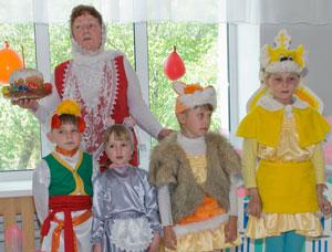 Фото. Уссурийск. Педагоги и воспитанники воскресной школы выступают перед малышами с пасхальным концертом