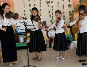 Фото. Уссурийск. Скрипичные миниатюры на концерте в Доме ребенка исполнили учащиеся музыкальной школы