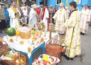 Фото. Спасск-Дальний. Владыка Вениамин освящает фрукты на Яблочный Спас во дворе храма Преображения Господня