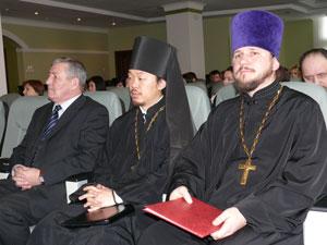 Фото. Владивосток. Игумен Феофан (Ким) - в центре,  протоиерей Сергий Якутов - справа
