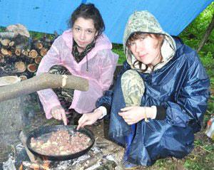 Фото. Новолитовск. Юные следопыты живут в палатках и сами готовят еду на костре