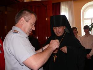 Фото. Владивосток. Игумен Тихон (Иршенко) награжден медалью «За вклад в развитие уголовно-исполнительной системы России»