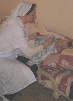 Фото. Владивосток. Добровольцы центра «Объятия Отча» ухаживают за пациентами хосписа «Синяя птица»