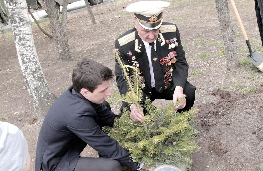 Ветераны и гимназисты высадили саженцы у мемориала памяти в Парке Победы