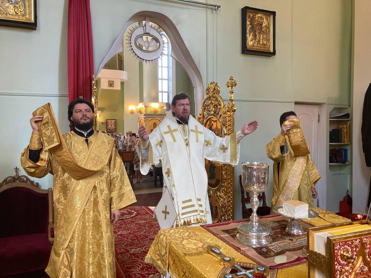 За Божественной литургией в Покровском соборе митрополит Владимир совершил диаконскую хиротонию